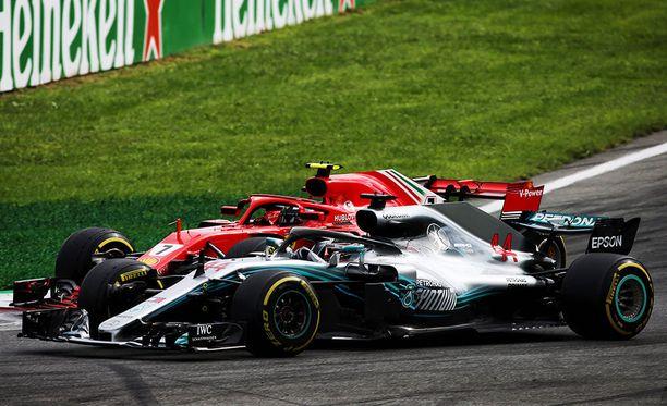 Lewis Hamilton kukisti kuluneilla renkailla ajaneen Kimi Räikkösen.