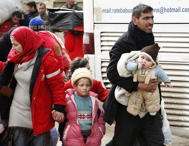 Siviiliväestöä evakuoidaan Syyrian Homsissa.