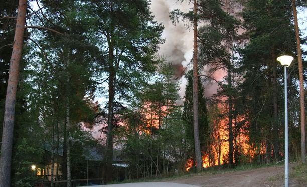 Raju tulipalo tuhosi rivitalon täysin.