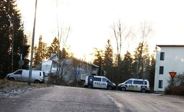Poliisit hakivat ruumiin Espoon Tuomarilasta.