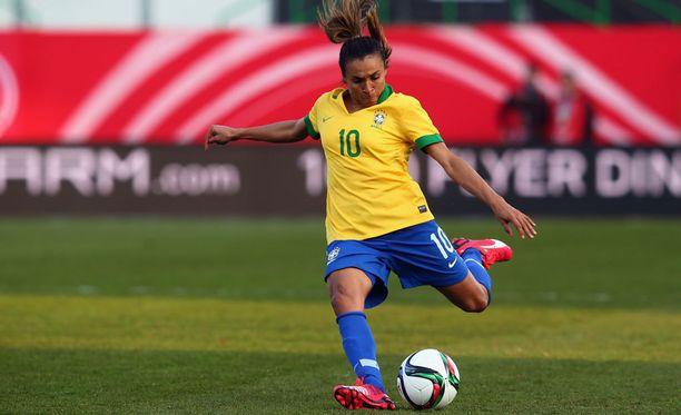 Viidesti maailman parhaaksi jalkapalloilijaksi valittu Marta ei juuri kiinosta brasilialaista mediaa, kertoo The Globe and Mail -lehti.