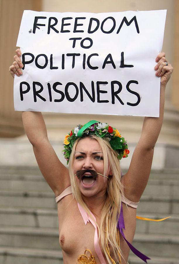 - Kauan eläköön Valko-Venäjä, aktivistit huusivat.