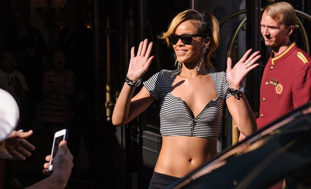 Rihanna tervehti fanejaan hotellin ulkopuolella Itävallan Wienissä.