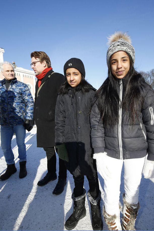 Perheen vanhimmat tyttäret Zahra (oik.) ja Noor käyvät koulu Loviisassa ja opiskelevat suomea.