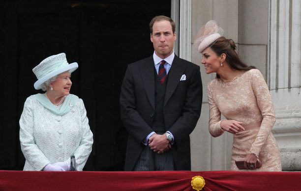 Vuonna 2012 otetussa kuvassa heijastuvat kuningattaren ja Catherinen lämpimät välit. Heillä on lämmin katsekontakti ja herttuatar on vielä nojautunut kuningatarta kohden.