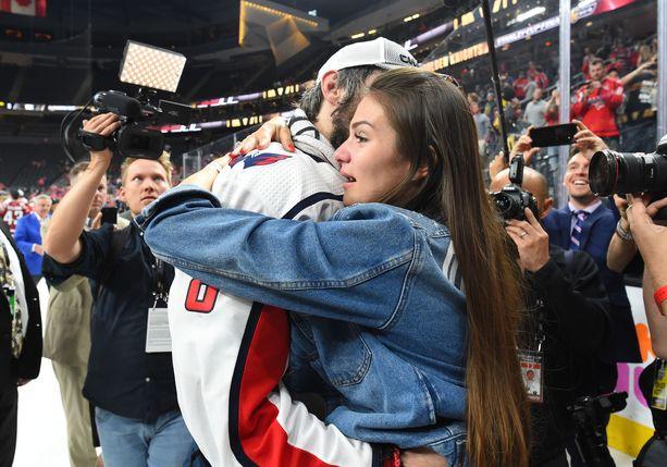 Anastasija Ovetshkina juhlii miehensä kanssa Stanley Cup -voittoa vuonna 2018.