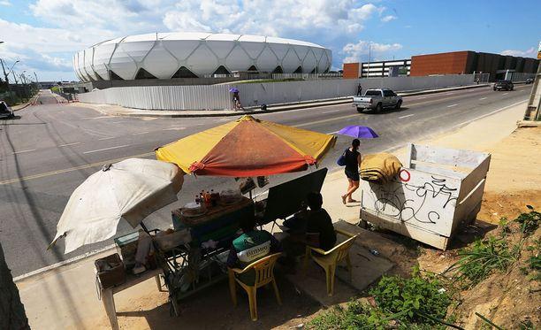 Manaus on muuttunut pelottavaksi taistelutantereeksi. Kuvassa paikallinen 300 miljoonan dollarin jalkapallostadion, joka on virunut MM-kisojen jälkeen pitkälti käyttämättömänä.