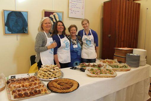 Joulubasaarissa on yksi Washingtonin alueen parhaista kahviloista yhtenä päivänä vuodessa. Leena Sederlöf, Jenna Rahkonen, Karin Rahkonen ja Anneli Lambeth hoitivat tarjoilun.