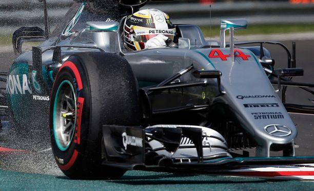 Mercedes vahvisti, ettei Hamilton enää aja perjantai-iltapäivän harjoitussessiossa. Brittikuskin auto täytyy purkaa ja tarkistaa.