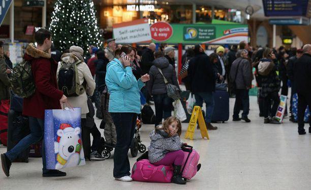 Matkustajat olivat jumissa muun muassa Waterloon juna-asemalla Lontoossa.