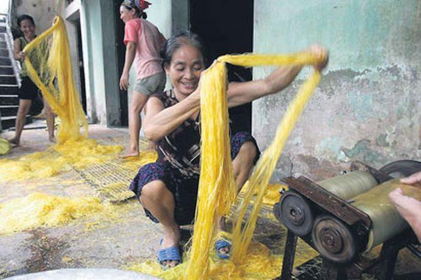 Nuudelitehdas Näin hilpeissä ja hygieenisissä tunnelmissa valmistetaan nuudeleita Vietnamissa. Bon appétit!