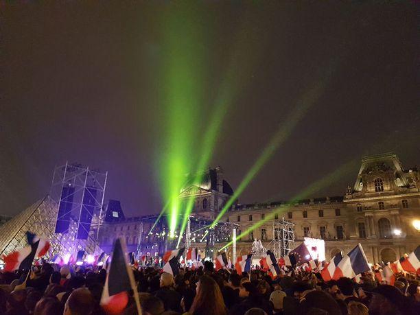 Macronin voitonjuhlat muuttivat Louvren aukion isoksi festivaalialueeksi. .