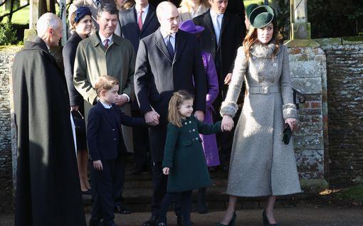 Prinssi George ensi kertaa joulukirkossa – Kolme sukupolvea tulevia kuninkaita koossa