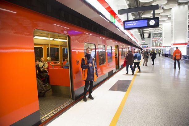 Metroliikenne on toistaiseksi täysin pysähdyksissä turvalaitevian vuoksi. Liikenne korvataan linja-autoilla.