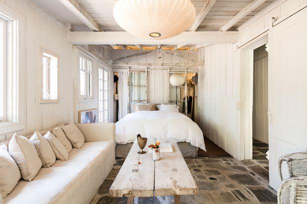 Makuuhuone on tiloista seesteisin. Se on sisustettu pääasiassa valkoisella.