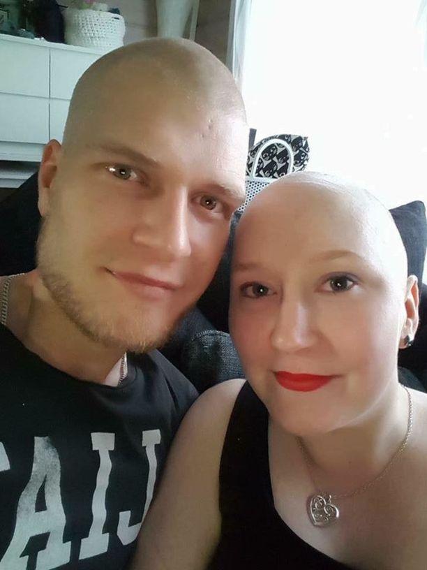 """""""Minä ja mieheni tasan vuosi sitten, tilanteessa jossa kukaan ei halua olla. Kuva on minulle tärkeä, koska siinä missä minulta lähti hiukset vasten tahtoani. Mieheltäni lähti hiukset omasta tahdostaan, tukeakseen minua."""""""