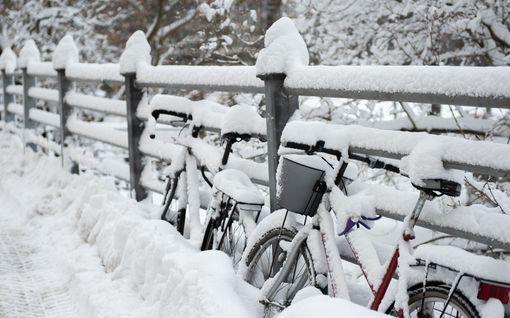 Lunta tupaan! Lumimyrsky lähestyy lounaasta – ajokeli on suuressa osassa maata huono jo aamulla