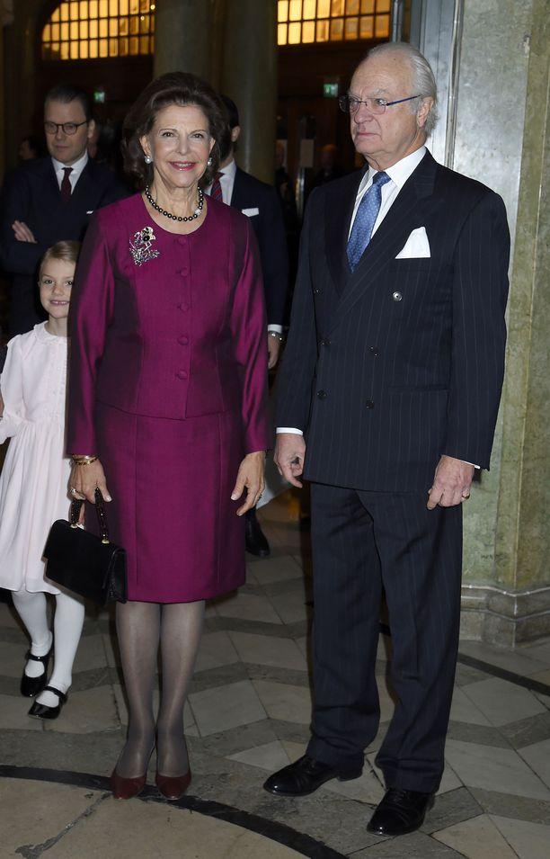 Hyväntuulinen päivänsankari kuningatar Silvia saapui Oscar-teatterin tilaisuuteen kuningas Kaarle Kustaan kanssa.