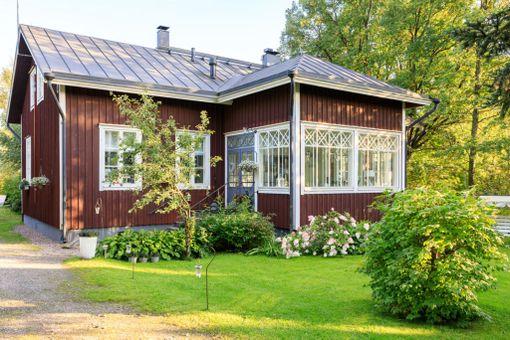 Viidenneksi eniten kiinnosti idyllisellä Vantaan Helsingin pitäjän kirkonkylällä sijaitseva talo. Perinteiseltä punamultatalolta näyttävä koti on rakennettu vuonna 2004.