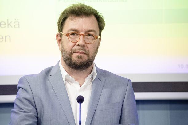 Liikenne- ja viestintäministeri Timo Harakka (sd) saa vastattavakseen 16 kysymystä romutuspalkkiosotkusta.