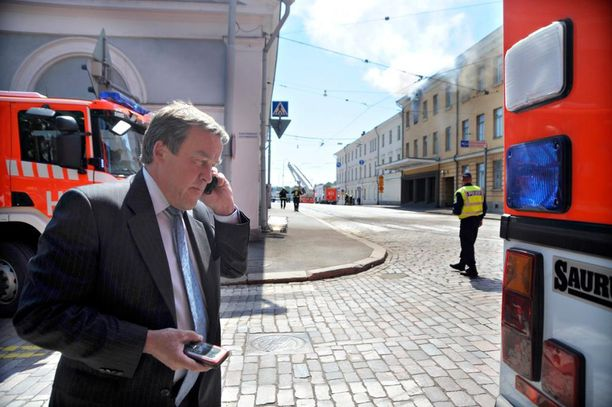 Työ- ja elinkeinoministeriön kansliapäällikkö Erkki Virtanen kesäkuussa 2008, kun ministeriössä oli syttynyt tulipalo.