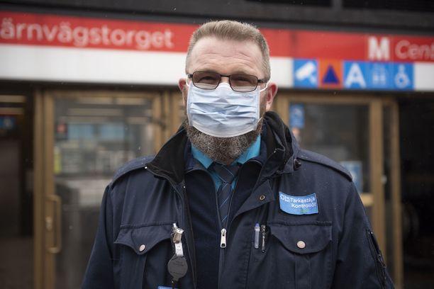 Ryhmäesimies Tapio Laihinen sanoo, että ihmiset noudattavat maskisuositusta hyvin.