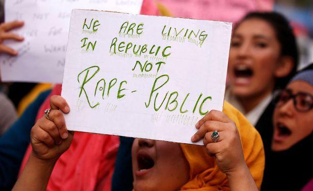 Opiskelijat osoittivat mieltään raiskausmurhia vastaan huhtikuun 16. päivä Jammun osavaltion Kathuassa. Mielenosoitus järjestettiin sen jälkeen kun kahdeksanvuotias tyttö raiskattiin ja murhattiin julmasti.
