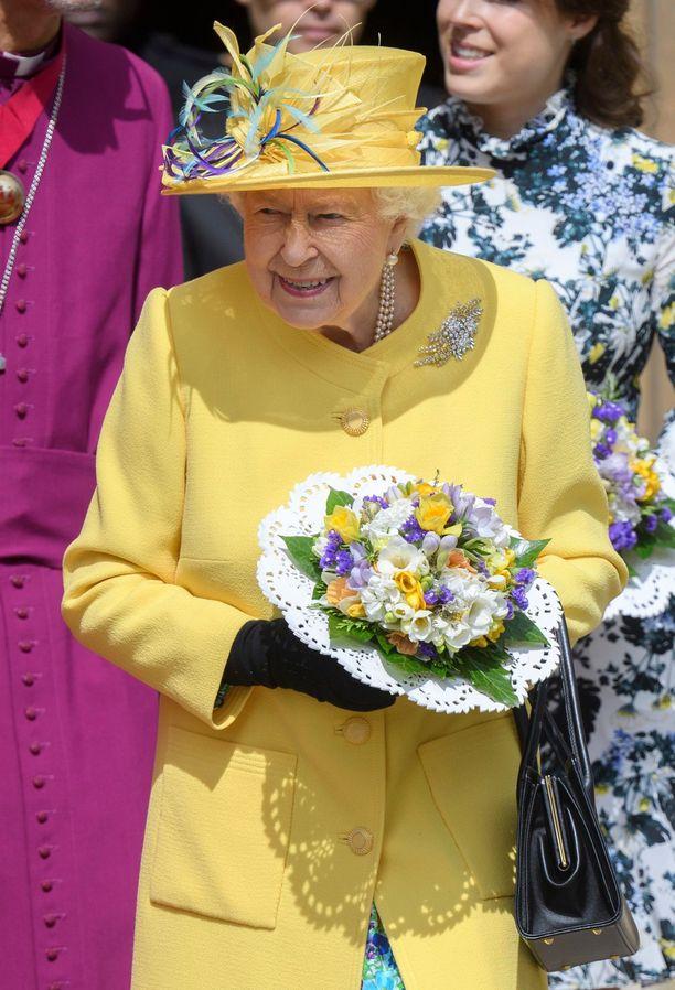 Kuningatar sonnustautui pääsiäisen väreihin.