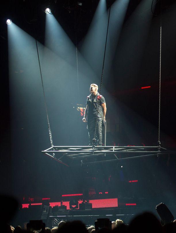 Cheek esiintyy Alpha Omega -konserttiensa aikana myös ilmaan nostettavalla lavalla.