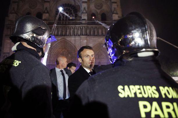Ranskan presidentti Emmanuel Macron pysytteli palopaikalla myöhään yöhön maanantaina.