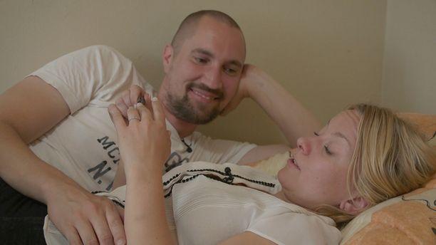 Ensitreffit alttarilla -ohjelmassa Heikki ja Miina opettelevat ymmärtämään toisiaan.