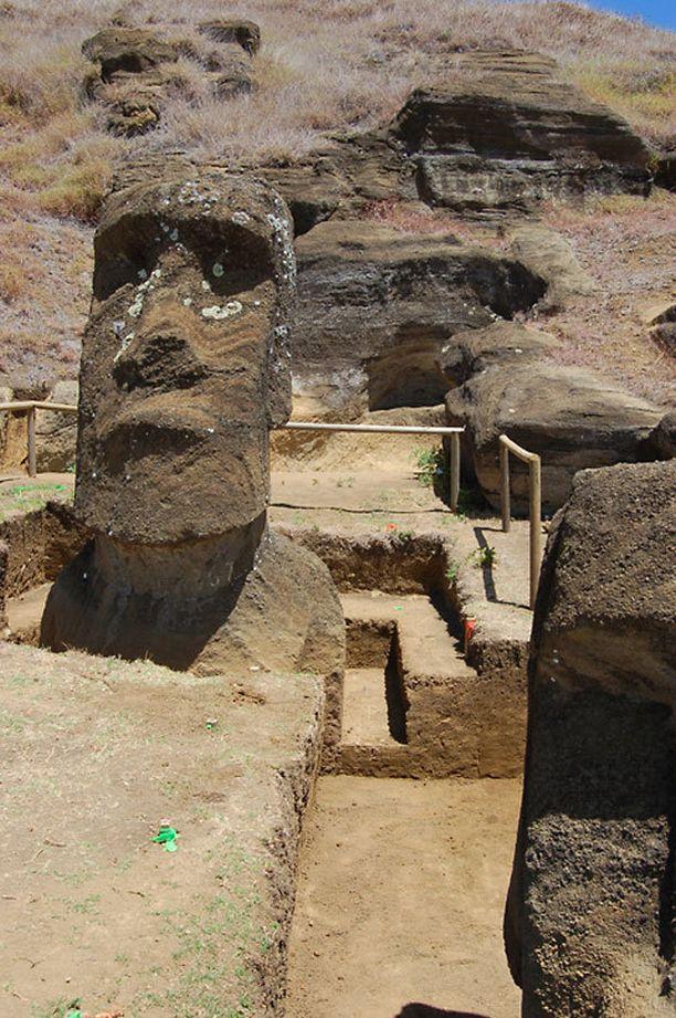 Osa patsaista on vuosisatojen saatossa hautautunut maan alle.