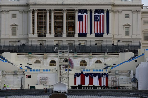 Washingtonin Capitol-rakennuksen edustaa valmistellaan virkaanastujaisia varten.
