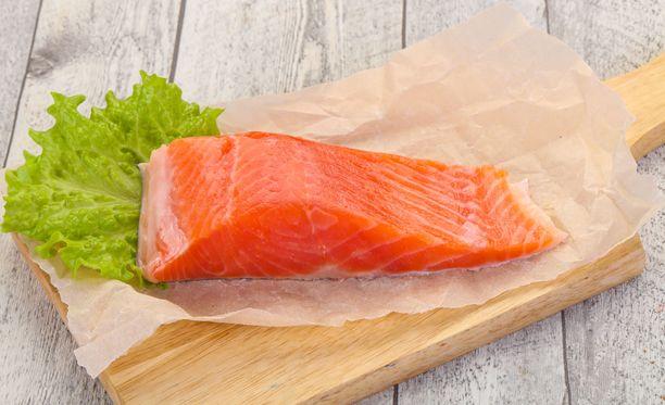 Ruoassa D-vitamiinin lähteitä on vähän. Kalassa sitä on runsaasti.
