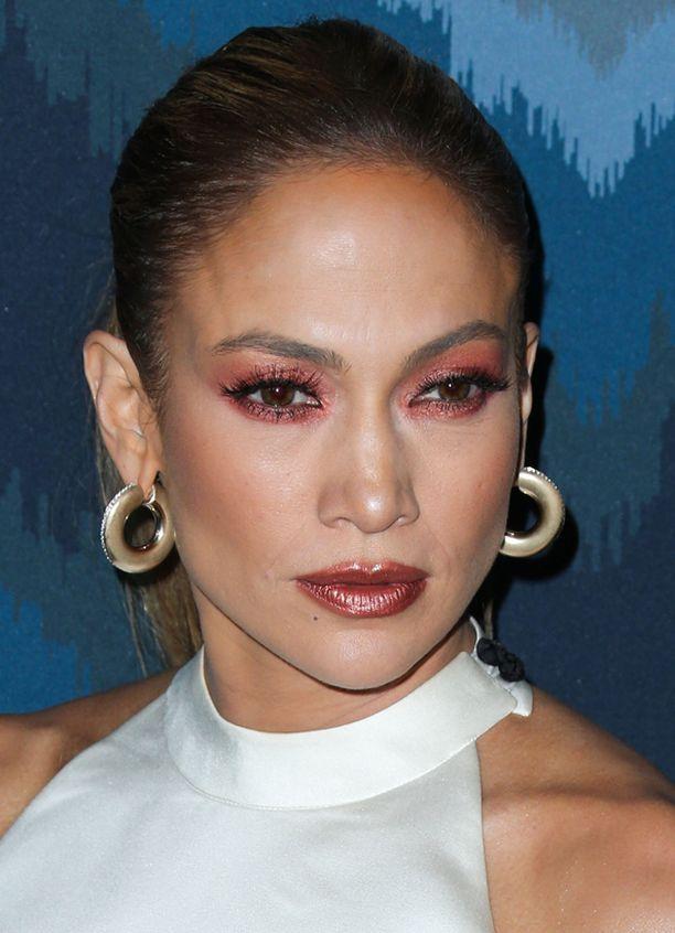 Jennifer Lopez säväytti vahvassa, punasävyisessä silmämeikissä.