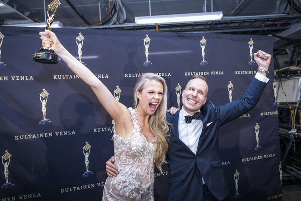 Puoli seitsemän -juontajat Susanna Laine ja Mikko Kekäläinen tuulettivat Venla-voittoaan viime vuonna.