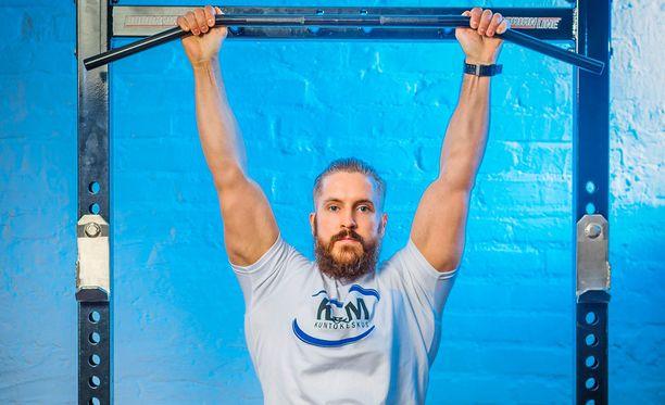 Tiukan keskivartalon saavuttaminen vaatii lujasti töitä, sanoo liikuntaneuvoja Matias Nikula.
