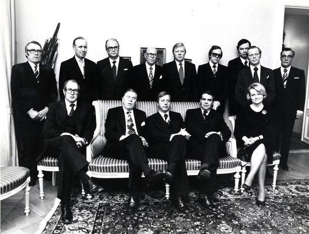 Arvo Aalto istui Kalevi Sorsan toisessa hallituksessa työministerinä. Edessä Aalto Kalevi Sorsan vieressä.