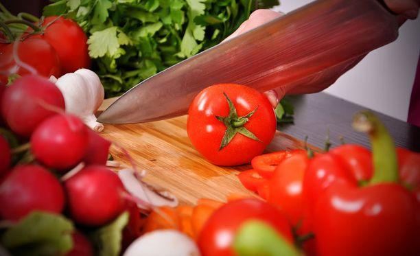 Jos epäilet, tuliko veitsestä terävä, testaa terävyys tomaatilla.