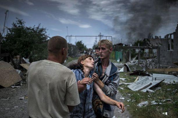 UKRAINAN MUSTAT PÄIVÄT Pitkäikaisten projektien sarjan voitto lankesi Ukrainan kriisi seuranneelle kuvaajalle. Kuvassa Luhanskayan kylän asukkaita pommituksen jälkeen.