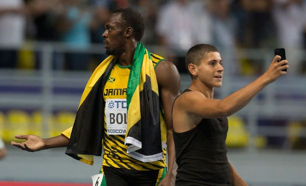 Usain Bolt oli ihmeissään fanin rynnättyä juoksuradalle.