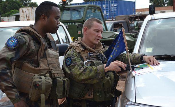 Suomalainen everstiluutnantti Kalle Seppälä (oik) työskentelee rauhanturvaajana Keski-Afrikan tasavallassa. Kotiinpaluu koittaa marraskuun lopulla.