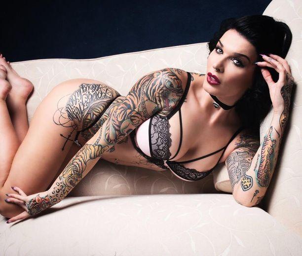 Sini poseerasi alusvaatteissa australialaiselle tatuointilehdelle.