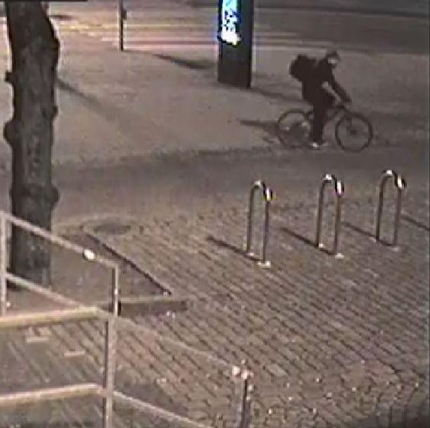 Poliisi julkaisi kuvan miehestä, jonka epäillään sytyttäneen mielenosoittajien teltan tuleen Rautatientorilla Helsingissä.