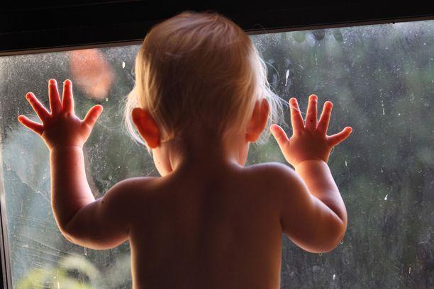 1-vuotias Peppi sai koronaviruksen kesäkuun loppupuolella. Kuvituskuva.
