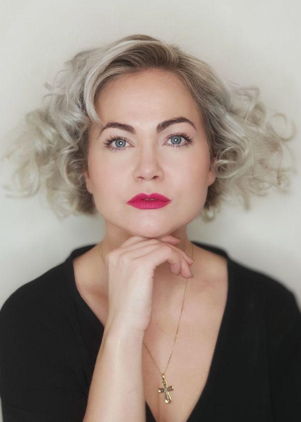 Jaana Lauronen, 36, on parturikampaajamestari, meikkaaja ja stylisti.