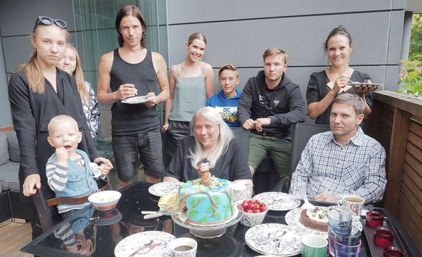 Mira Luodin kiitettävänä on kokonainen perhe. Se tapahtuu Urho-pojan syntymäpäivien yhteydessä.
