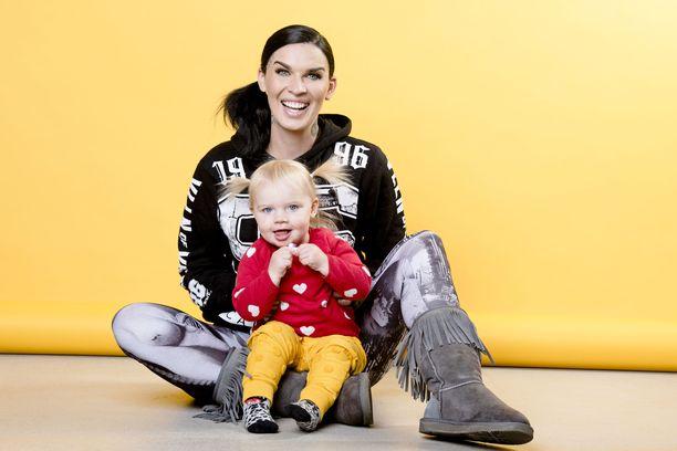 Ariellilla on 1,5-vuotias Penny-tytär miehensä Stuartin kanssa.