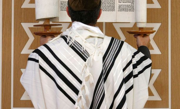 Tallit-huivia käytetään rukousten yhteydessä.