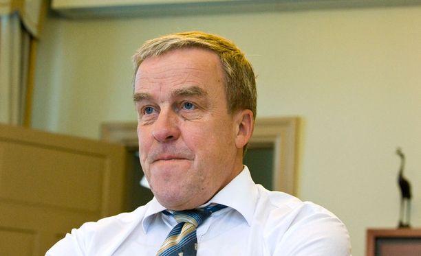 Kansliapäällikkö Erkki Virtanen työssään vuonna 2011.